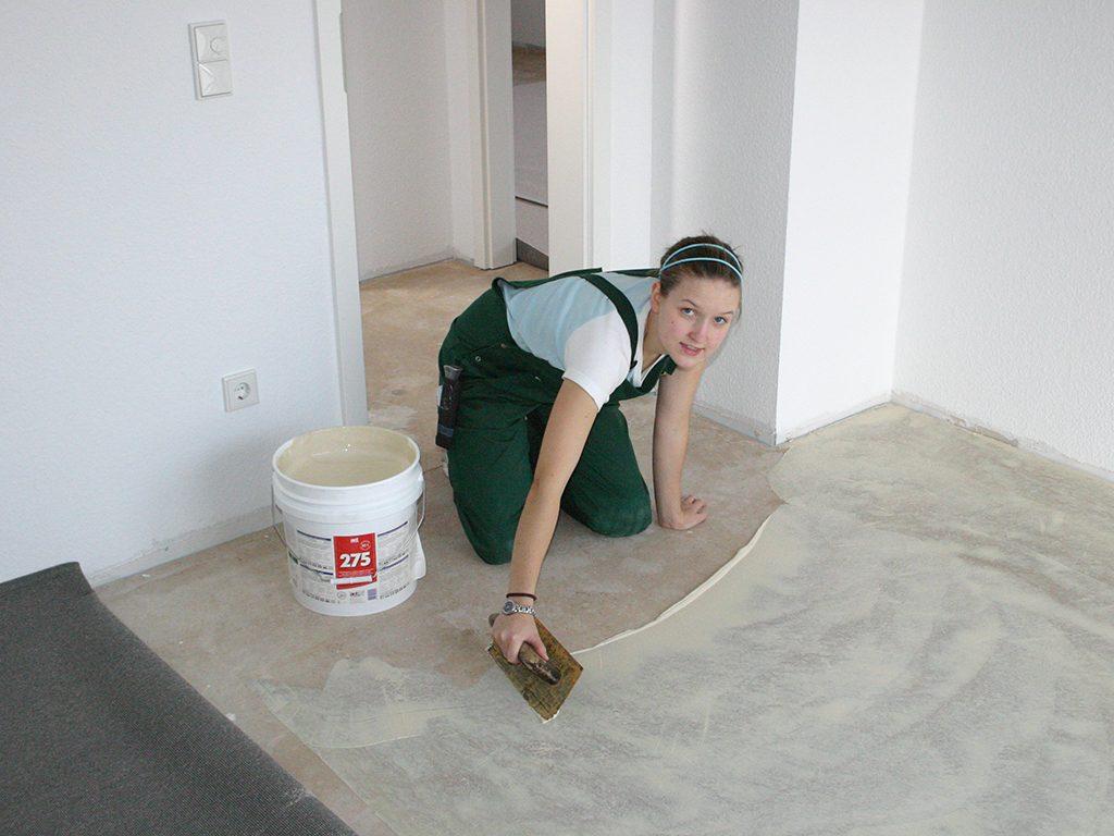 Teppichboden-Klebebett-Vorbereitung